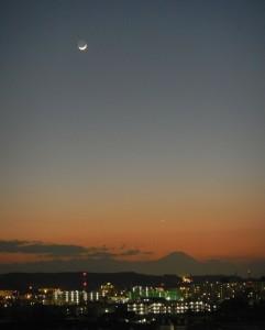 富士に沈む月と宵の明星